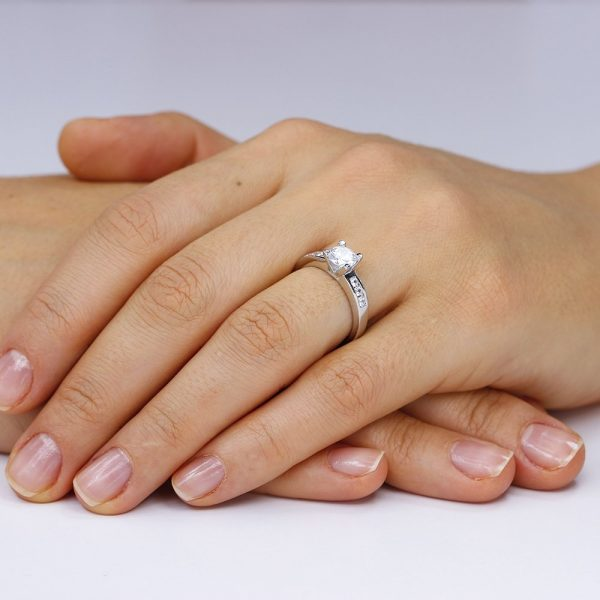 Inel de logodna argint Solitar cu cristale laterale mici TRSR034, Corelle